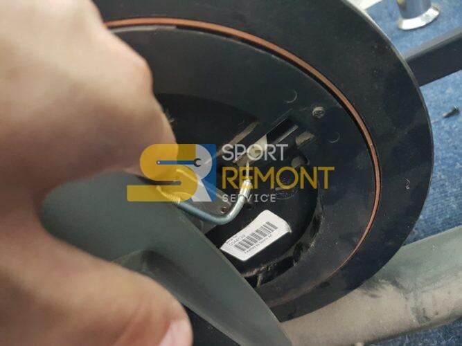 Замена ремня и ремонт системы нагрузки маховика орбитрека Sports Art.<br /> Спортивный клуб
